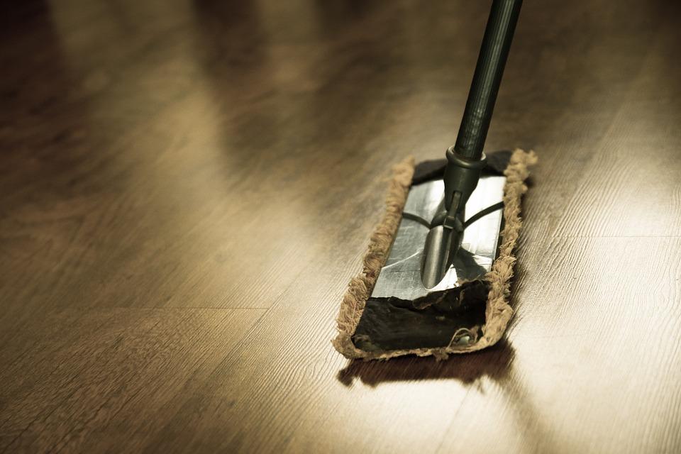 Nettoyage du sol avec du savon noir